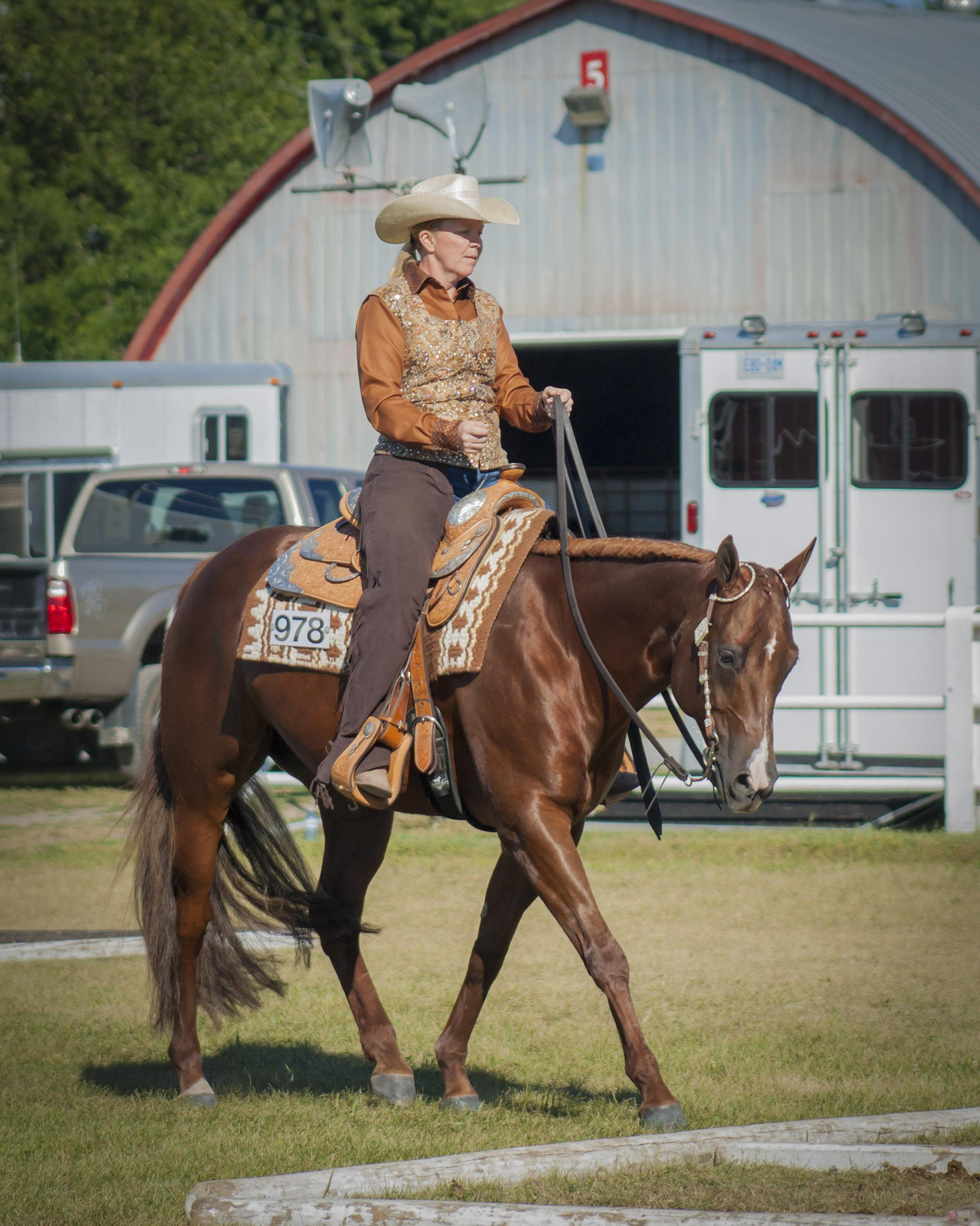 Le capitaine Karoles et Remember I'm Awesome (Lacy) participent dans la catégorie randonnée équestre – débutants à l'Eastern Ontario Quarter Horse Association, Summer Sizzler, le 30 juillet 2015 à Carp, en Ontario. Photo par : Natashya Bay Designs