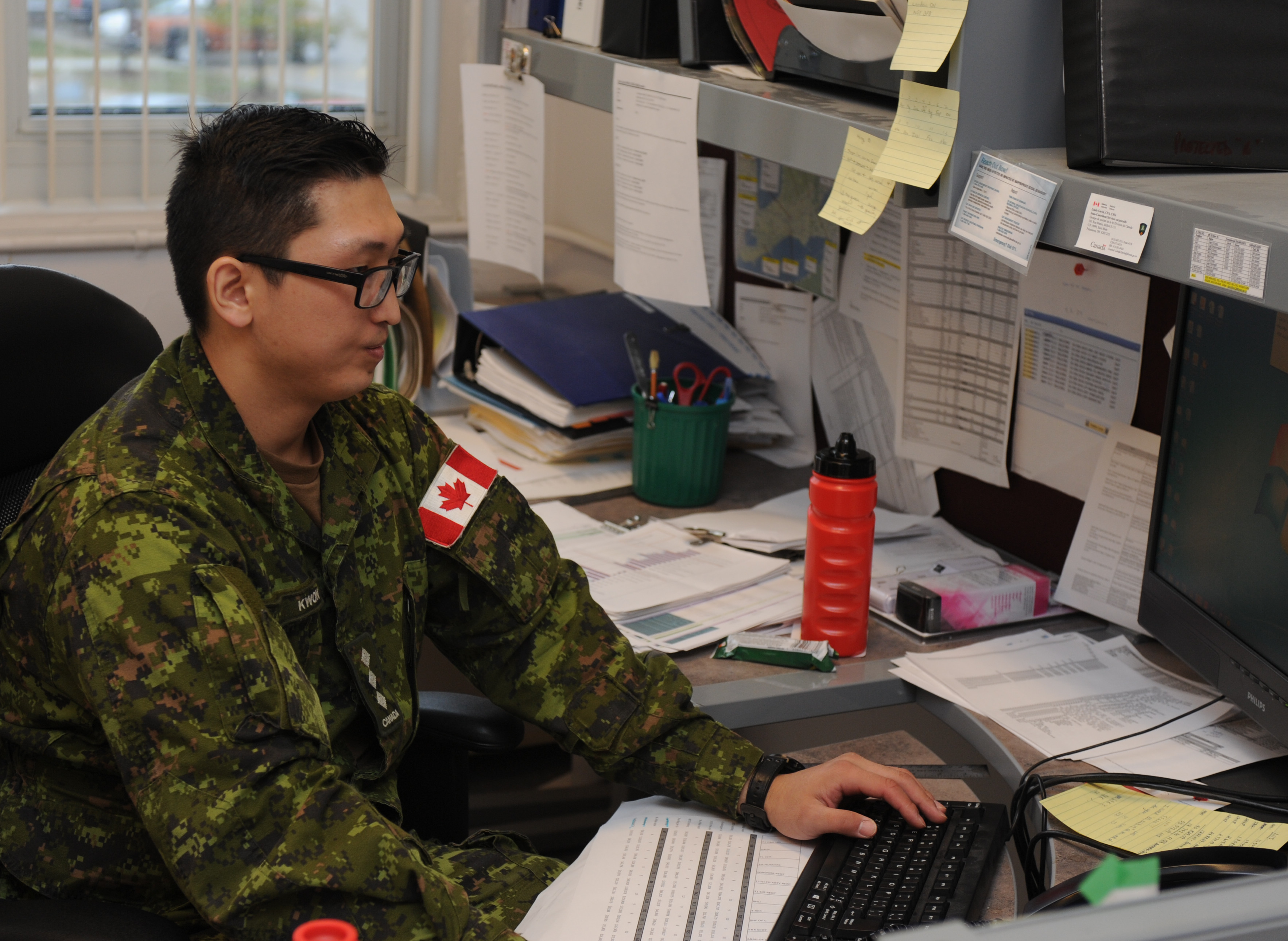Captain Suhan Kwon at work at G8, 31 Canadian Brigade Group Headquarters in London, ON. Photo by: Capt M. O'Leary, Public Affairs, 31 CBG ©DND/MDN 2016