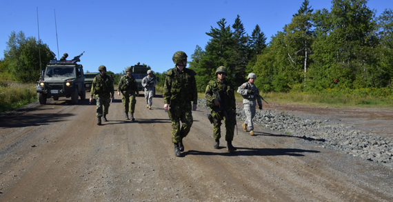 Canadian and American MPs conduct security escort procedures during Ex STRIDENT TRACER 16 at Base Gagetown, N.B., on August 23, 2016. Photo: Lt Felix Odartey-Wellington