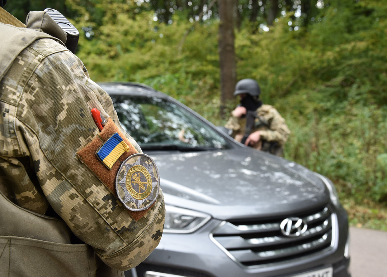 Ukrainian trainees conduct a practice vehicle checkpoint under the guidance of Canadian Military Police instructors while on Operation UNIFIER at the International Peacekeeping and Security Centre in Starychi, Ukraine on September 23, 2016. Photo by: Joint Task Force – Ukraine. ©2016 DND/MDN.