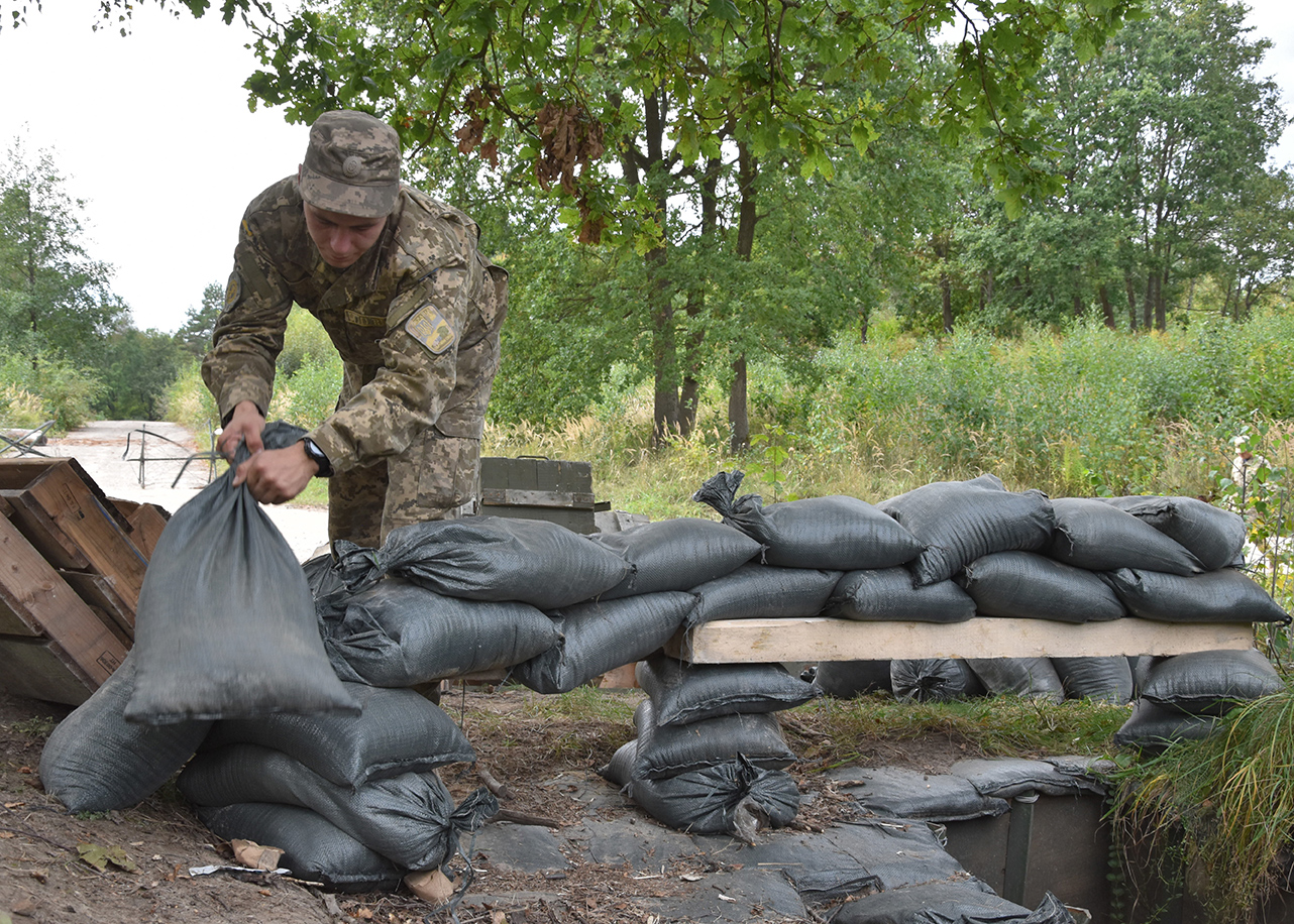 A Ukrainian Military Law and Order Service trainee prepares a defensive position under the guidance of Canadian Military Police members of Joint Task Force – Ukraine on Operation UNIFIER at the International Peacekeeping and Security Centre in Starychi, Ukraine. Photo by: Joint Task Force – Ukraine on September 22, 2016. ©2016 DND/MDN.