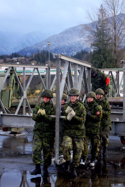 Des sapeurs s'affairent à la construction d'un pont durant l'exercice PALADIN RESPONSE.  Photo : Sgt Greg Gorecki