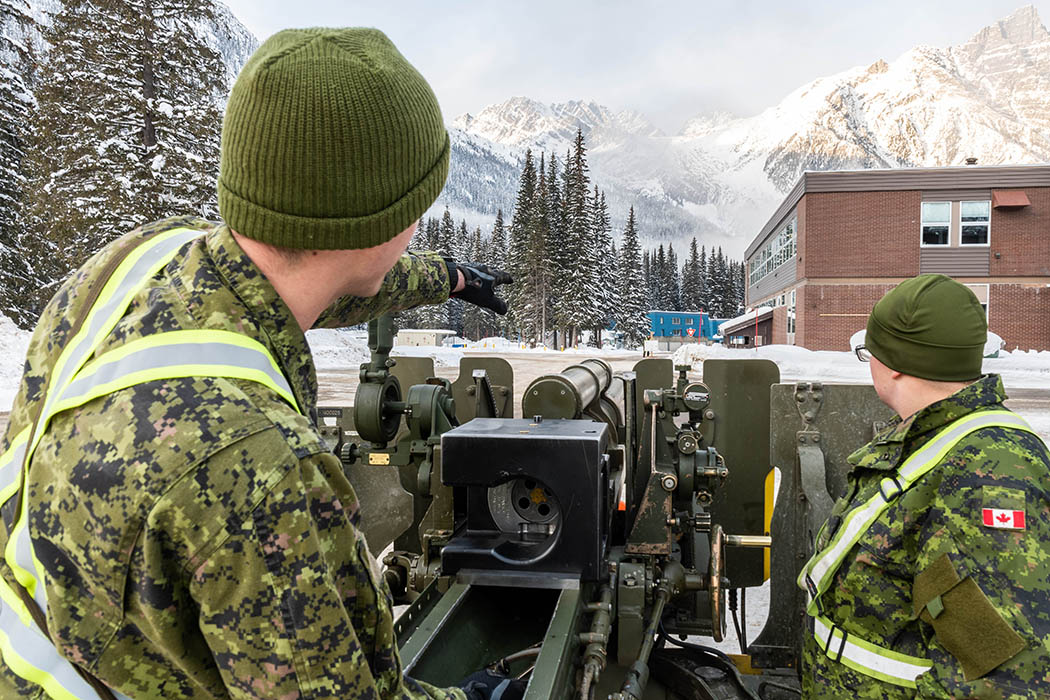 Gunners and technicians ensure the sights on the 105-mm C3 Howitzer gun are lined up prior to firing at Rogers Pass, British Columbia before the start of the annual Operation PALACI on November 20, 2018.  Photo: Second Lieutenant M.X. Déry, Maritime Pacific Operations Public Affairs. ©2018 DND/MDN Canada.