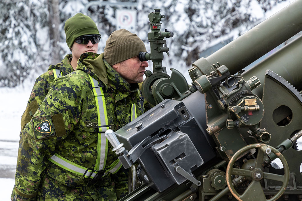 Warrant Officer Dawid Chelkowski inspects the gunsights on the 105-mm C3 Howitzer during a gun drill prior to the opening of the annual Operation PALACI on November 20, 2018.  Photo: Second Lieutenant M.X. Déry, Maritime Pacific Operations Public Affairs. ©2018 DND/MDN Canada.