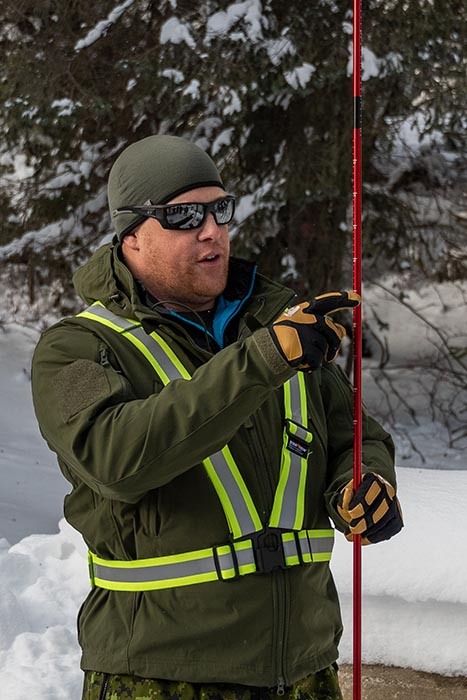 Sergeant Randy Verheye, an infanteer who specializes in mountain operations, explains the proper use of the probe to gunners prior to the activation of Operation PALACI during a demonstration of basic avalanche search and rescue on November 20, 2018 at Rogers Pass, British Columbia. Photo: Second Lieutenant M.X. Déry, Maritime Pacific Operations Public Affairs. ©2018 DND/MDN Canada.