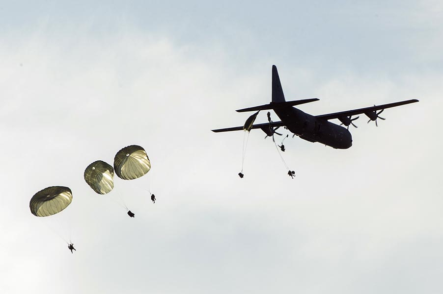 Paratroopers from 3rd Battalion, Princess Patricia's Canadian Light Infantry parachute from a Royal Canadian Air Force CC130J Hercules aircraft on to the airfield at 4 Wing Cold Lake during Exercise MAPLE RESOLVE on May 26, 2016. Photo: Leading Seaman Lisa Sheppard, 4 Wing Imaging. ©2016 DND/MDN Canada.